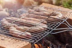 烤在格栅的开胃香肠 水平的图象 库存照片