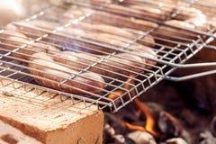 烤在火的可口和开胃香肠 免版税库存图片