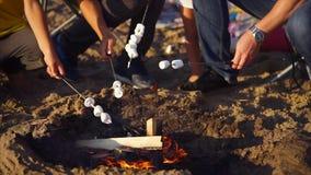 烤在火的露营车蛋白软糖 股票录像