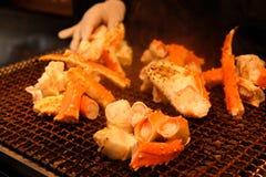 烤在烘烤器普遍的海鲜格栅的巨型螃蟹在Tsukiji鱼市,东京-日本上 免版税库存图片