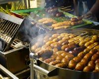 烤在烟火炉的泰国香肠 图库摄影