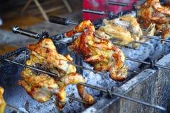 烤在热的木炭的整鸡在亚洲 免版税库存照片