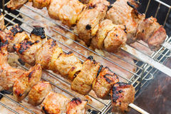 烤在煤炭用卤汁泡的kebabs 免版税图库摄影