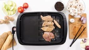 烤在电子格栅和蒸汽的肉的过程出去 股票录像