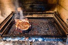 烤在自然木炭的大丁骨牛排烤格栅 免版税图库摄影