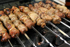 烤在金属串的开胃羊羔肉 免版税库存图片