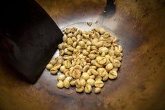 烤在金属水池的传统咖啡豆 库存图片