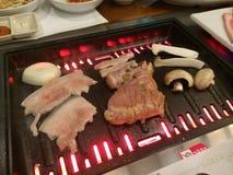 烤在韩国样式BBQ的肉 图库摄影