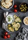 烤夏南瓜、橄榄、蕃茄、ciabatta -简单的快餐或开胃菜 地中海样式食物 在黑暗的背景,顶视图 免版税库存照片