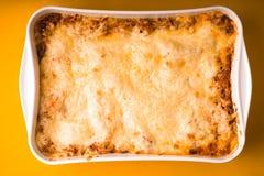 烤宽面条在家烹调了以烘烤的大形式 库存图片