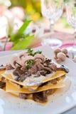 烤宽面条用在餐馆的蘑菇 免版税库存照片