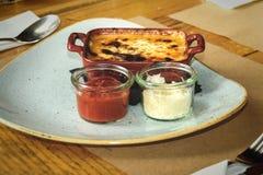 烤宽面条用肉和帕尔马干酪 图库摄影