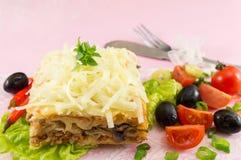 烤宽面条部分服务与新鲜蔬菜 库存图片