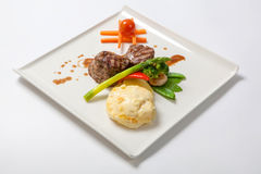烤小牛肉大奖章用土豆和硬花甘蓝 图库摄影
