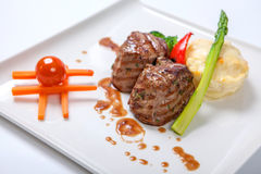 烤小牛肉大奖章用土豆和硬花甘蓝 库存图片