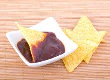 烤干酪辣味玉米片和调味汁 免版税库存图片