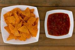 烤干酪辣味玉米片和辣调味汁调味汁 库存图片