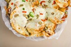 烤干酪辣味玉米片和辣调味汁 图库摄影