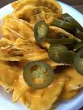 烤干酪辣味玉米片和jalapeños 库存照片