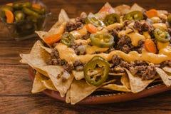 烤干酪辣味玉米片在墨西哥切削玉米装饰用绞细牛肉,熔化乳酪,在板材墨西哥辣食物的墨西哥胡椒胡椒 免版税库存照片