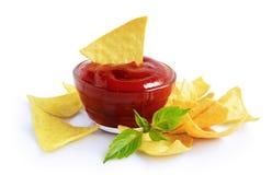 烤干酪辣味玉米片玉米片和红色调味汁 库存图片
