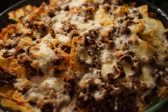 烤干酪辣味玉米片用肉和乳酪 免版税库存图片