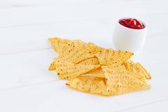 烤干酪辣味玉米片用辣调味汁调味汁 免版税库存照片