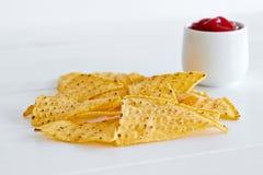 烤干酪辣味玉米片用辣调味汁调味汁 免版税库存图片