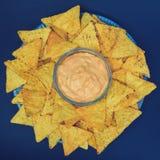 烤干酪辣味玉米片连同垂度-顶视图 库存照片