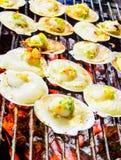 烤扇贝冠上了用黄油、大蒜和荷兰芹。 库存照片