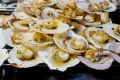 烤扇贝冠上了用黄油、大蒜和荷兰芹 库存照片