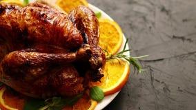 烤整鸡或火鸡在白色陶瓷板材服务用桔子 股票视频