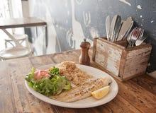 烤新西兰鳕鱼和蒸的亚洲米在餐馆 免版税库存图片