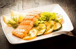 烤新鲜的三文鱼的食家部分 库存图片