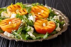 烤新鲜的桃子可口开胃菜沙拉,用希脂乳ch 库存照片
