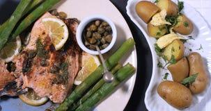 烤有机三文鱼用雀跃、芦笋和莳萝 图库摄影