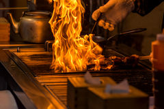 烤有火焰的厨师bbq烧在餐馆 库存照片