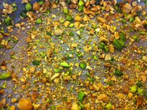 烤杏仁和开心果在蛋糕盘子 库存照片