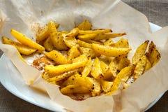 烤油炸物土豆切片用迷迭香  库存照片