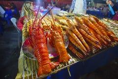 烤海鲜品种在亚庇夜市场在亚庇,沙巴婆罗洲,马来西亚上 免版税库存照片