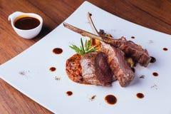 烤澳大利亚羊羔机架服务用ratatouille和国家土豆 免版税库存照片