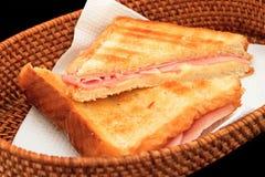 烤火腿和乳酪三明治 免版税库存图片