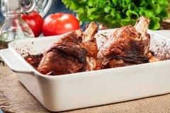 烤火鸡指关节用土豆和菜 库存照片