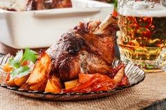 烤火鸡指关节用土豆和菜 图库摄影