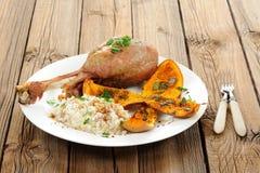烤火鸡腿用胡桃南瓜、南瓜籽和米 图库摄影