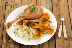 烤火鸡腿用胡桃南瓜、南瓜籽和米 库存图片