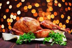 烤火鸡 感恩桌服务用火鸡,装饰用绿色和蓬蒿在黑暗的木背景 是可能食物自创饼 免版税库存照片