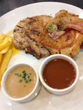 烤烟肉用猪肉牛排和蘑菇酱油 免版税库存照片
