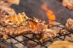 烤烤在与明亮的火焰的木炭格栅的猪排 免版税库存图片