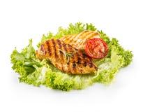 烤烤的鸡胸脯并且烤鸡胸脯用莴苣在白色和蘑菇隔绝的沙拉蕃茄 图库摄影